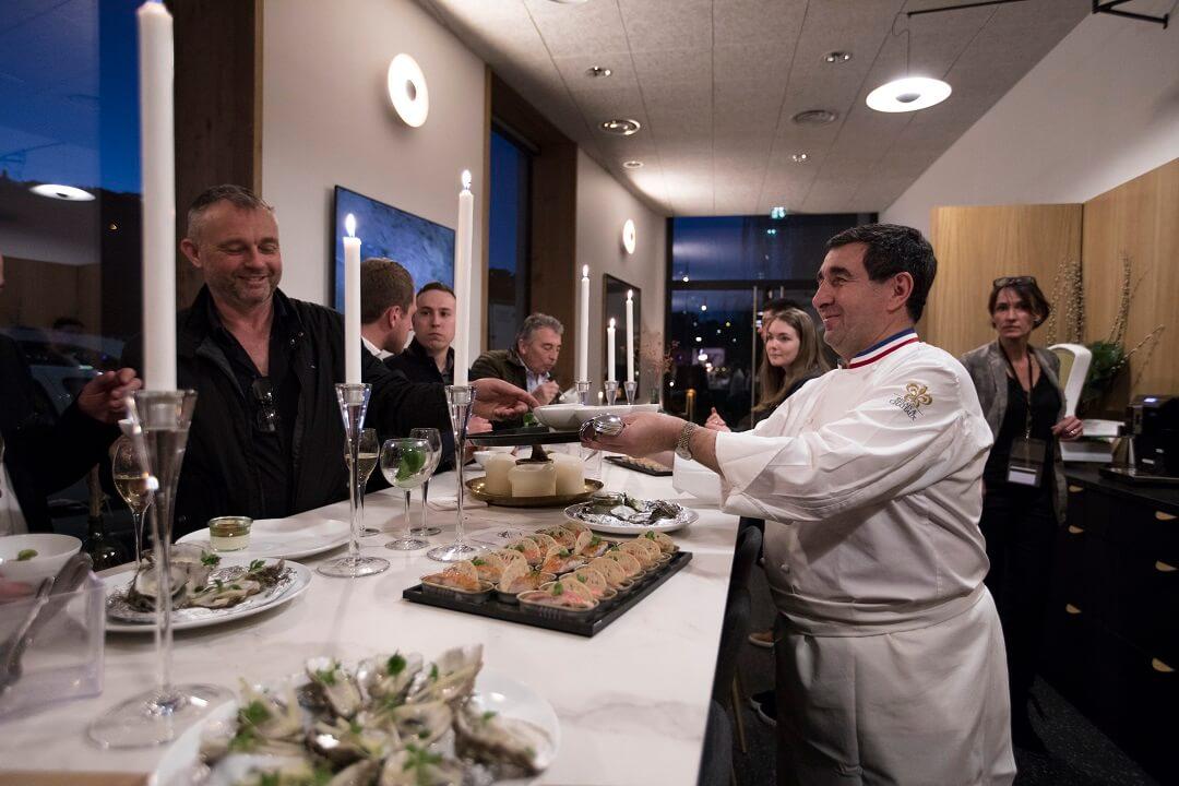Cuisinier servant un repas