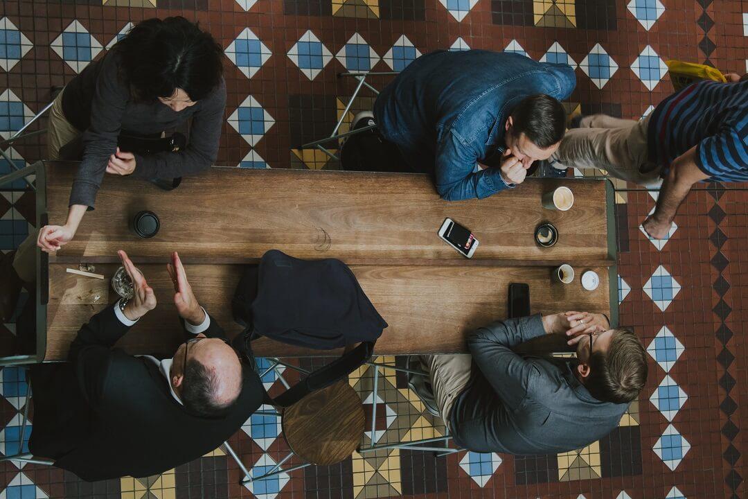 Personnes à table vue d'en haut