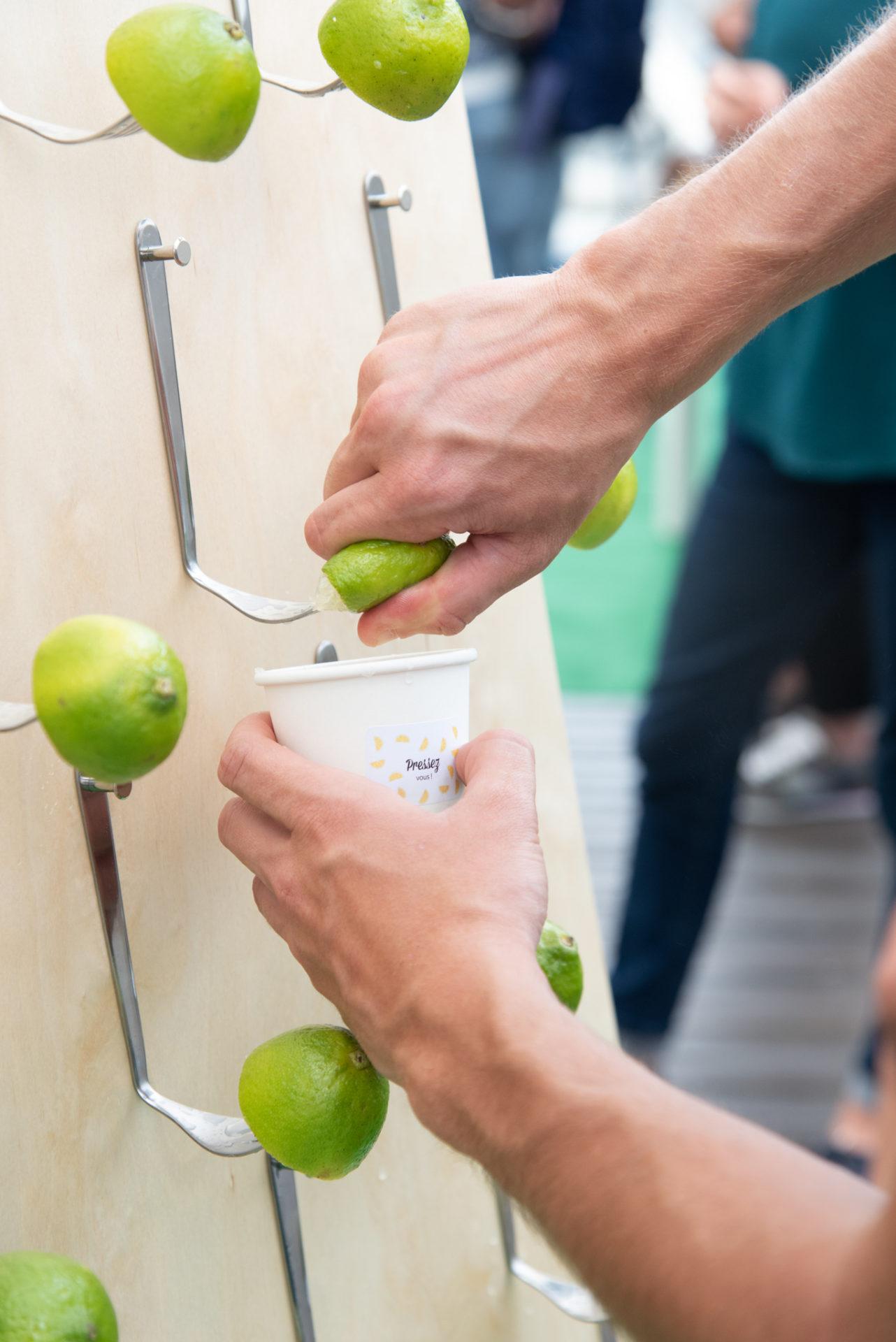 Mains en train de presser du citron