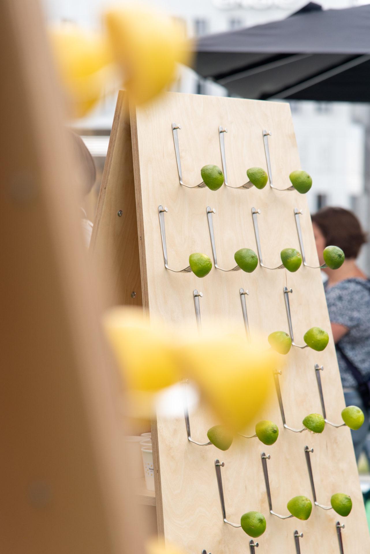 citrons verts sur des fourchettes